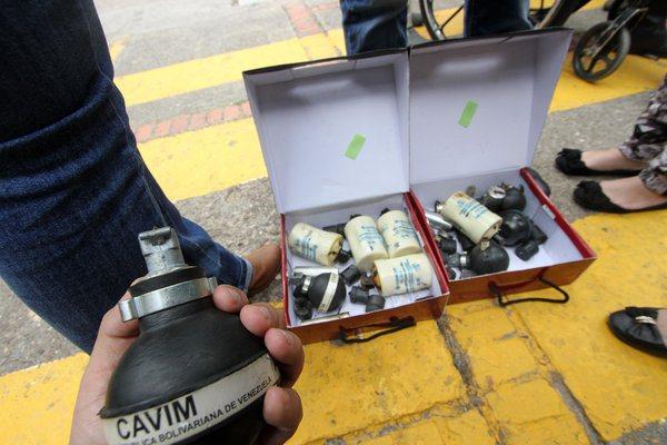 Pedro Carrero, representante del condominio de Residencias El Parque, mostró cartuchos de perdigones y bombas lacrimógenas dejados luego del ataque. (Foto/Jorge Castellanos)