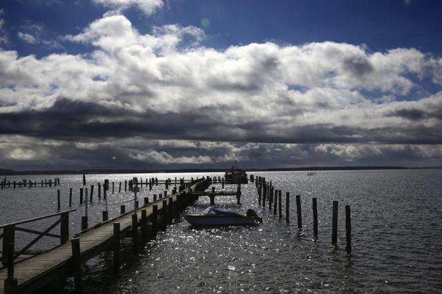 Nubes se avistan a los lejos en la bahía de Wismar en Rerik (Alemania) hoy, lunes 30 de marzo de 2015. El tiempo en Alemania continuará frío y con tormentas a lo largo de la Semana Santa. EFE/Bernd Wuestneck