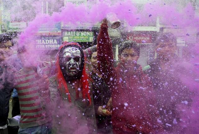 Lugareños se arrojan polvos de colores mientras disfrutan del Festival Holi en Jammu, la capital de invierno de la parte de Cachemira bajo administración de la India, hoy, jueves 5 de marzo de 2015. El Holi es el festival hindú de los colores que anuncia la llegada de la primavera. EFE/Jaipal Singh