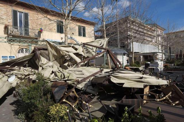 Vista de los detrozos causados por los fuertes vientos en Versilia, Toscana (Italia) hoy, jueves 5 de marzo de 2015. Cientos de árboles fueron arrancados por los fuertes vientos durante las tormentas registradas durante la noche en varias partes del país. EFE/Riccardo Dalle Luche