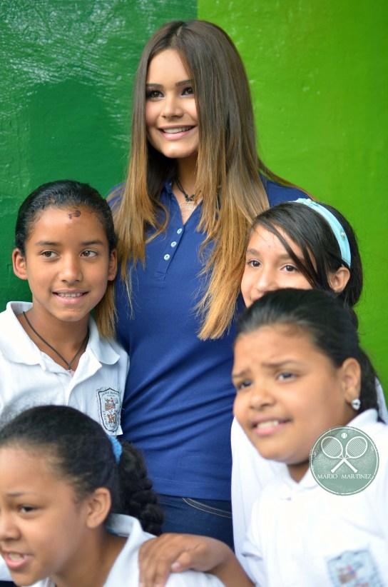 Miss Michelle Bertollini posando con las jovenes del colegio