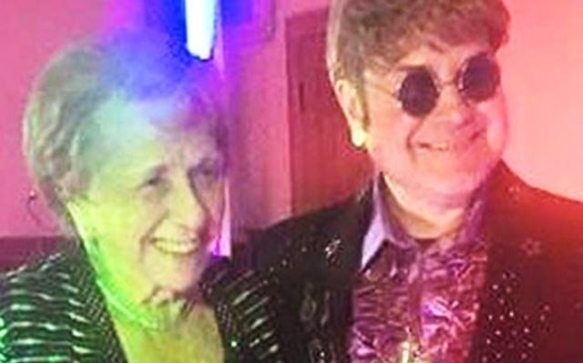 Foto: Sheila Farebrother contrató los servicios de Ultimate Elton / primiciasya.com