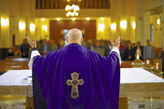 El padre Pedro Freites Romero pertenece a la diócesis venezolana de Maturín. Aquí oficia una misa en la parroquia de Santa Clara, en el norte de Bogotá. / Cristian Garavito - El Espectador