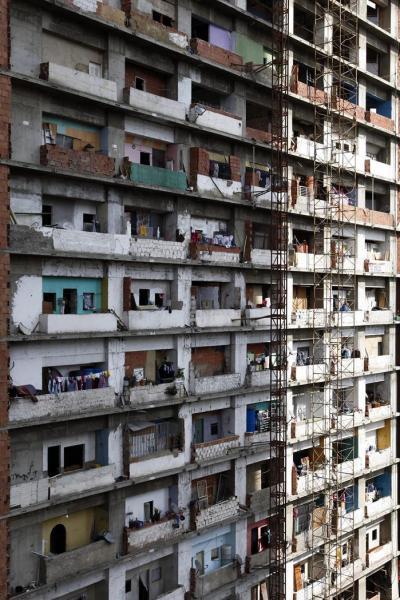 Una vista de los balcones de la Torre Confinanzas, también conocida como Torre de David, en Caracas, Venezuela, el 20 de marzo de 2015. El edificio, un rascacielos de 45 plantas, permanece ocupado en la actualidad por unas 300 familias que pagan unos 250 bolívares (un euro) al mes a una cooperativa para tener acceso a agua, electricidad, limpieza de los espacios comunes e incluso seguridad. El proceso de desalojo comenzó a mediados del pasado año en una operación coordinada de manera armónica con sus ocupantes. De las 4.000 personas llegaron a vivir en su interior, en la actualidad tan solo quedan unas 1.000 que ocupan hasta la planta la planta 13 de la emblemática torre. EFE/Paulo Cunha