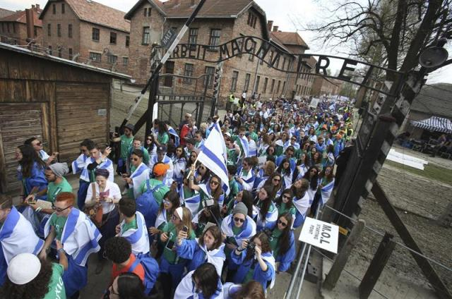 """Numerosas personas participan en la llamada """"Marcha por la vida"""" desde el antiguo campo de concentración de Auschwitz I hasta el campo de Auschwitz II-Birkenau, en Oswiecim, Polonia, hoy, jueves 16 de abril de 2015. Alrededor de diez mil personas han participado hoy en la marcha que se celebra cada año en recuerdo de los judíos que perdieron la vida durante la II Guerra Mundial a causa del antisemitismo nazi. EFE/Stanislaw Rozpedzik"""