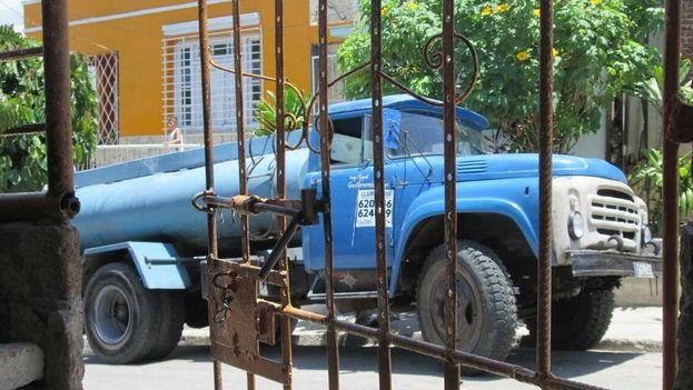 Camión cisterna en una calle de Santiago de Cuba. (Yosmani Mayeta)
