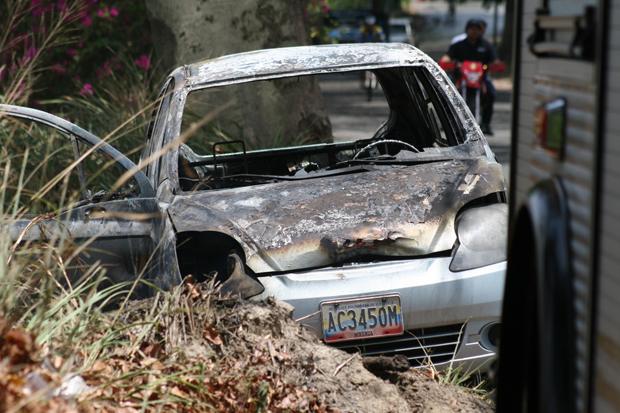 Foto: El cadáver carbonizado fue retirado por comisiones del Cicpc y del Cuerpo de Bomberos / elaragueno.com.ve