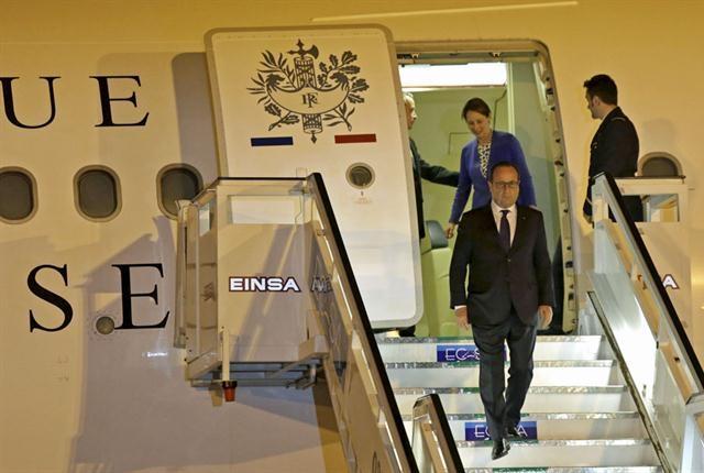 Hollande desciende la avión presidencial a su llegada a La Habana / Foto Reuters