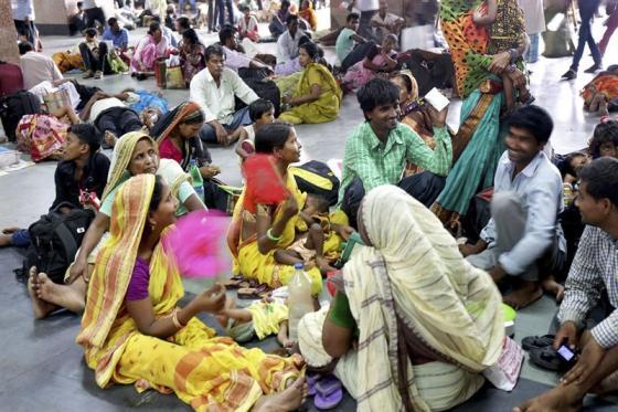 Foto: Varias personas se abanican para combatir las altas temperaturas en Calcuta, India, hoy, viernes 29 de mayo de 2015 / EFE