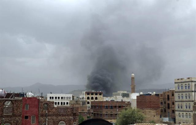 Una columna de humo sale de un edificio tras el ataque aéreo llevado a cabo por la aviación de la coalición, liderada por Arabia Saudí, contra un cuartel controlado por los rebeldes hutíes en el centro de la capital, Saná, Yemen, hoy 27 de mayo de 2015. Al menos 40 personas murieron y un centenar resultaron heridas en este ataque aéreo. Fuentes del movimiento hutí explicaron a Efe que el blanco de los bombardeos fue una sede de las Fuerzas Especiales y que entre las víctimas hay milicianos rebeldes y reclutas de la Policía yemení. EFE/Yahya Arhab