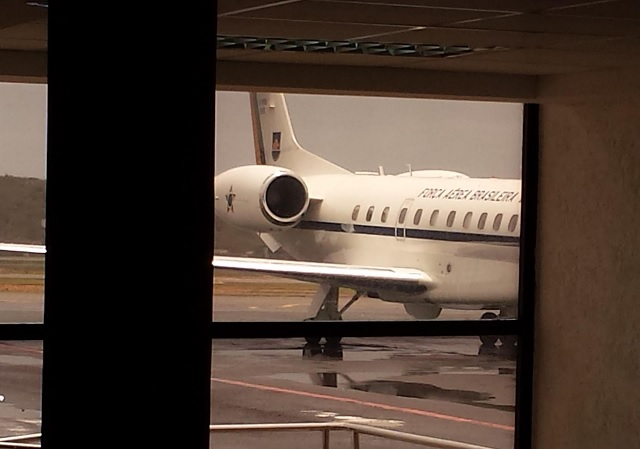 El avión en la Fuerza Aérea Brasileña que trasladó a la delegación de senadores de Brasil en el aeropuerto de Maiquetía / lapatilla.com