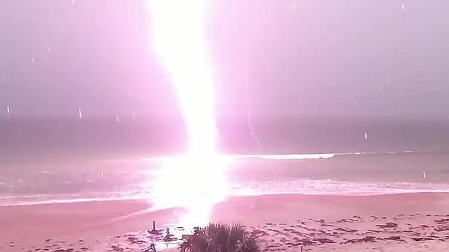 Un espeluznante rayo en una playa de Florida siembra el terror