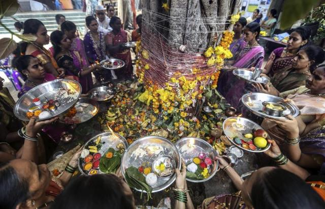 Mujeres casadas realizan ofrendas alrededor del árbol Banyan con motivo del Festival Vat Savitri en Bombay (India) hoy, martes 2 de junio de 2015. EFE/Divyakant Solanki