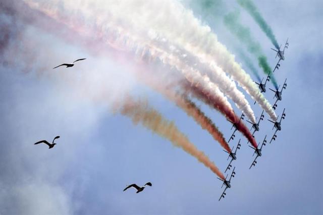 Aviones de las fuerzas aéreas italianas dibujan la bandera italiana en el cielo durante las celebraciones del Día de la República en Roma (Italia) hoy, martes 2 de junio de 2015. EFE/Angelo Carconi