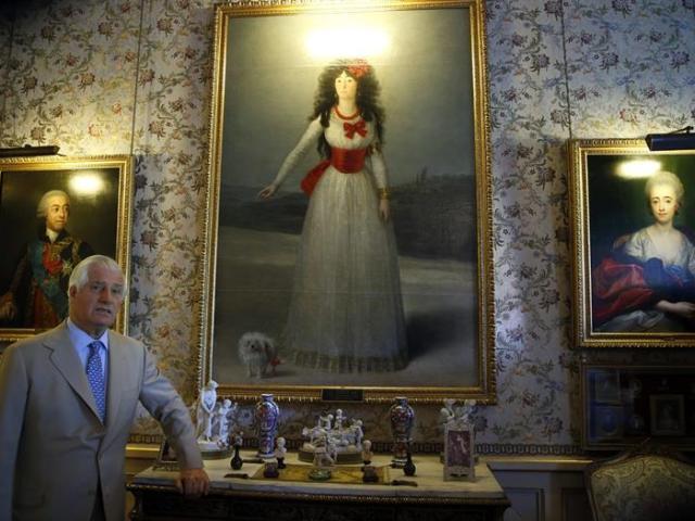 """Carlos Fitz-James Stuart Martínez de Irujo, XIX duque de Alba, el más noble de cuantos nobles hay en España, por cantidad, medio centenar, y antigüedad de los títulos nobiliarios que ostenta, posa ante el retrato de la """"Duquesa de Alba"""" de Francisco de Goya, durante la entrevista concedida a EFE en el Palacio de Liria, en la que ha afirmado que tiene muy claro que la nobleza debe actuar ahora y siempre """"con ejemplaridad"""" y lealtad a la Corona. EFE/Ángel Díaz"""