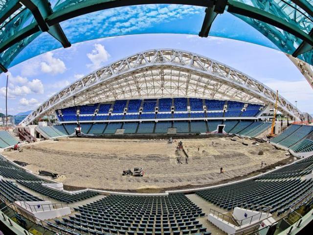 Imagen fechada el 13 de julio de 2015 que muestra el interior del estadio olímpico Fisht en Sochi (Rusia). Rusia ha recortado en algo más de 560 millones de dólares el presupuesto para la preparación del Mundial de fútbol de 2018. EFE/Srdjan Suki