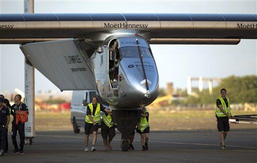 En esta imagen de archivo, tomada el 3 de julio de 2015, personal de tierra empuja la aeronave Solar Impulse 2, un avión impulsado por energia solar, hacia el hangar tras aterrizar en el aeropuerto de Kalaeloa, en Kapolei, Hawai. (Foto AP/Marco Garcia, archivo)
