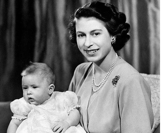 CARLOS DE INGLATERRA - La nostálgica FOTO con la cual la reina Isabel II felicitó a Carlos de Inglaterra por su cumpleaños