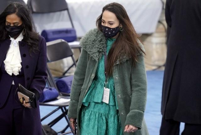 063 1297436774 - La hijastra de Kamala Harris ganó el desfile fashion en la investidura de Biden (FOTOS)