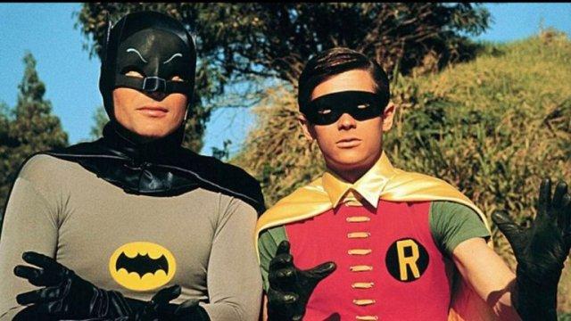 2IUCSFWEHFDJ7N5G3PMGYKGBWY - A 55 años del estreno de Batman en TV: Calzas ajustadas, onomatopeyas, villanos famosos y la locura de la Batimanía