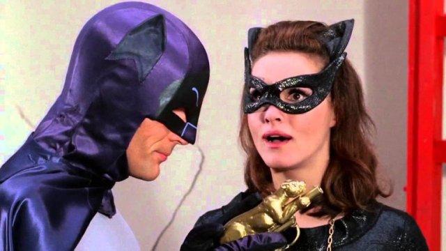 LCJLZMQAMRGQPM6I3SJUYR6JYA - A 55 años del estreno de Batman en TV: Calzas ajustadas, onomatopeyas, villanos famosos y la locura de la Batimanía