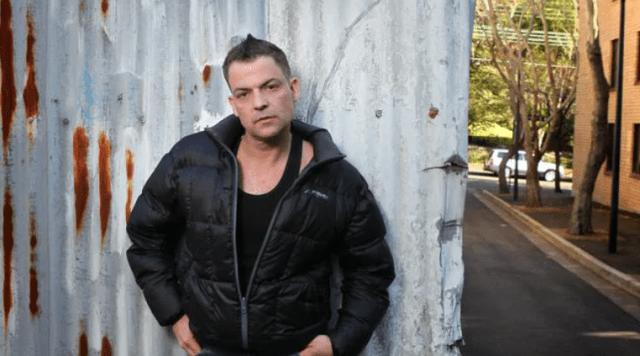 """Andrew Gibson - """"Papá deseaba no haberme adoptado"""": La torturada vida del hermano de Mel Gibson"""