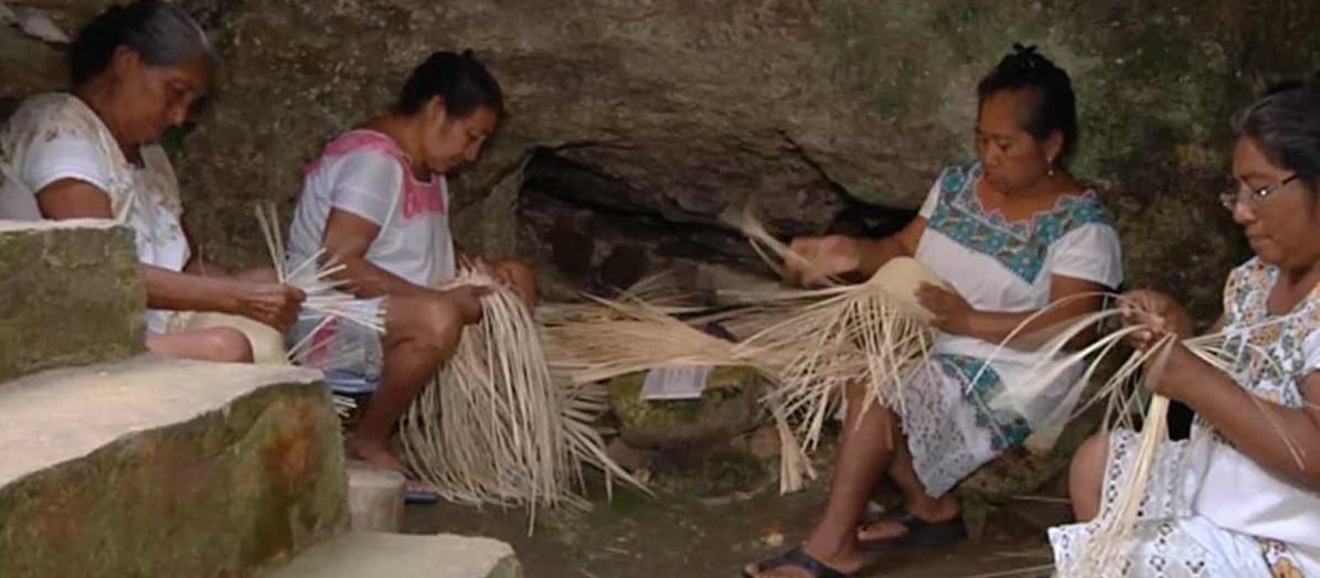 Mujeres tejedoras mayas trabajan en cuevas durante el día y la noche