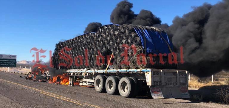 Arde tracto camión sobre la Vía Corta, quedando reducida a cenizas la unidad