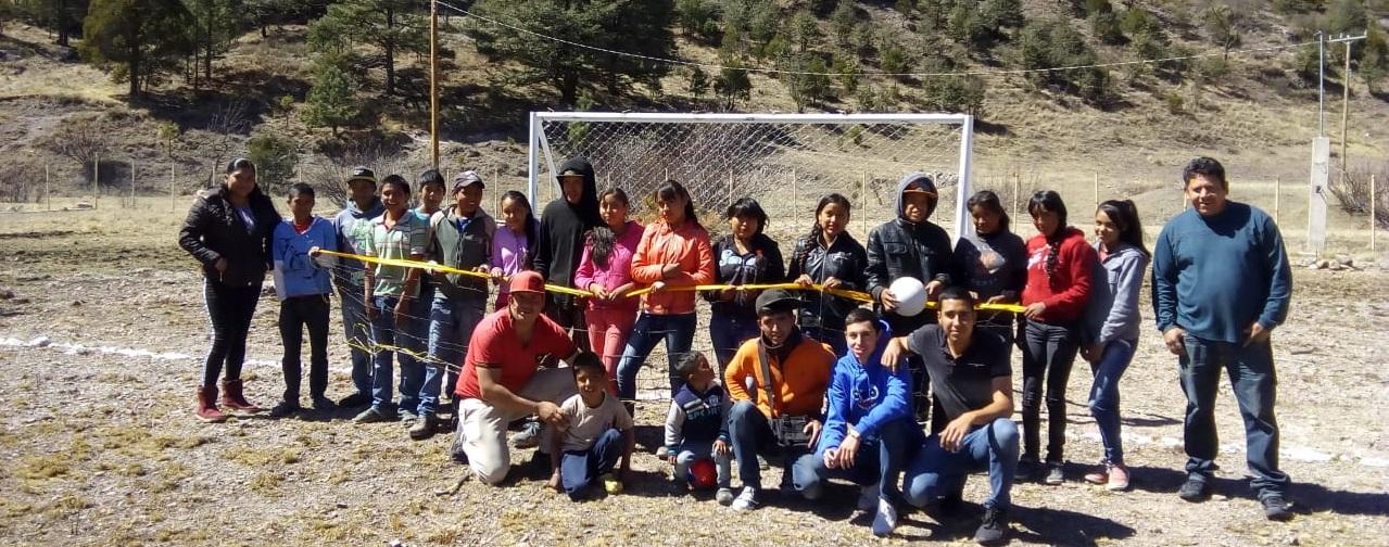 Apoya administración municipal a Telesecundaria de Redondeados con trabajos y equipo deportivo.