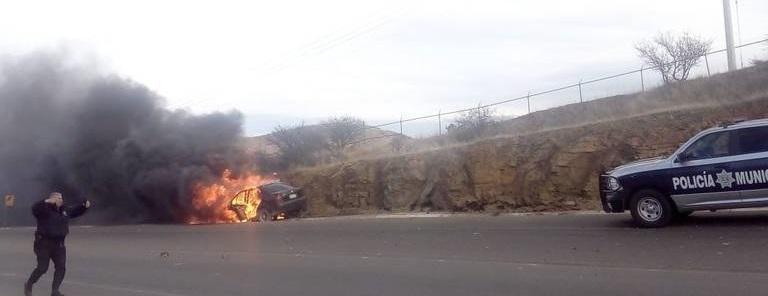Se incendia vehículo en el periférico norte