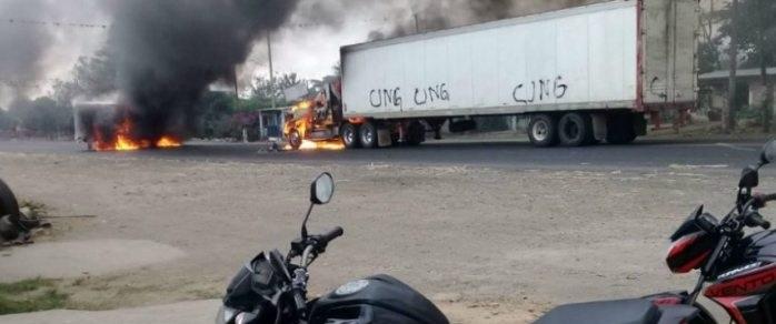 Bloquan vía con quema de tráileres en Veracruz