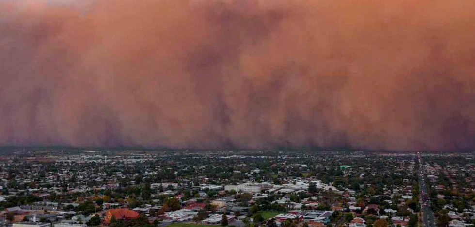 Poderosa tormenta de arena oscurece el día en Australia