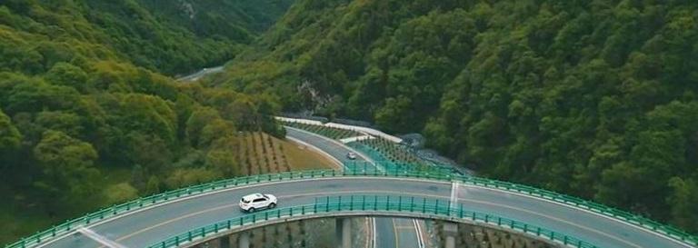 Inaugura China autopista que construyeron sin cortar un solo árbol