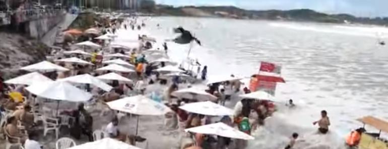 Mar retrocede, luego regresa y arrastra a todos en la costa (VIDEO)