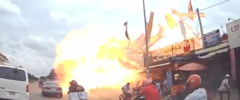 Impactante momento de terrible explosión en gasolinera (VIDEO)