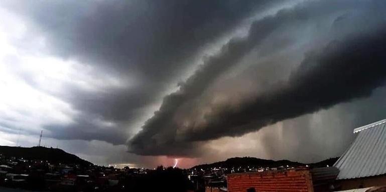 """Asombra fenómeno """"shelf cloud"""": cubre cielo de Cuauhtémoc"""