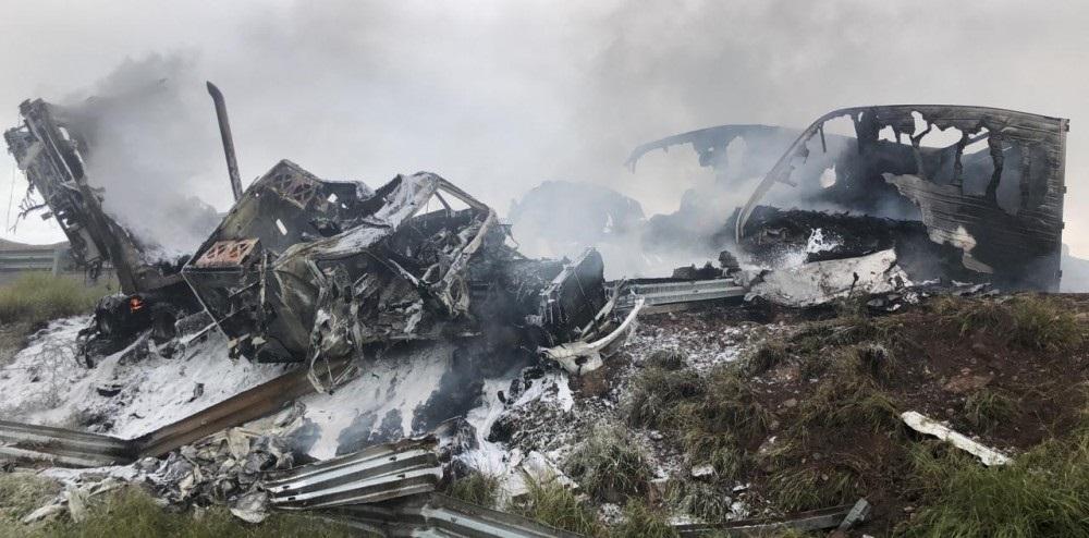 Termina en incendio y volcadura choque múltiple en carretera a delicias