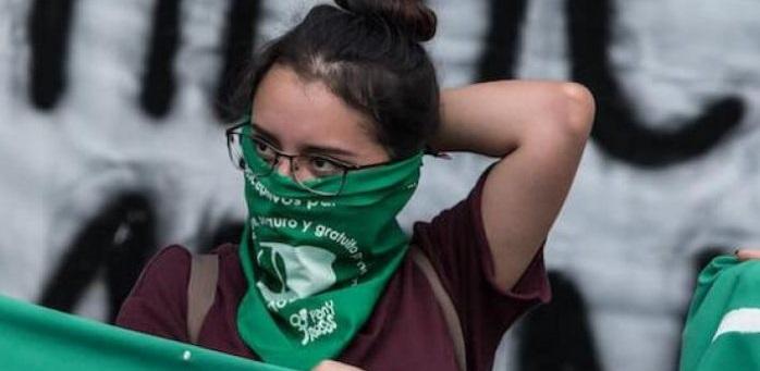 Apuñala 30 veces a su exnovia; la acompañó a marchas contra feminicidio