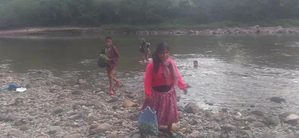 Se meten niños rarámuri a arroyo para llegar a escuela