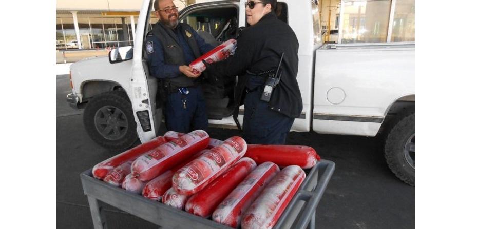 Incautan en puente de El Paso carga de salchicha chimex