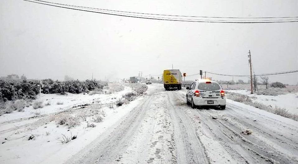 Cierran carreteras por nevadas en BC