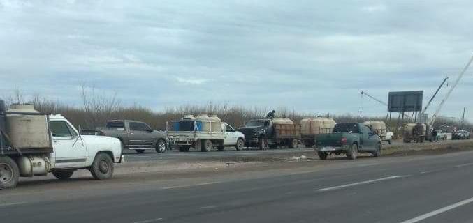 Estrangulan productores carretera federal; mil 300 litros de leche varados