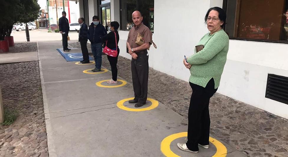 NCG: marcan puntos de sana distancia fuera de bancos