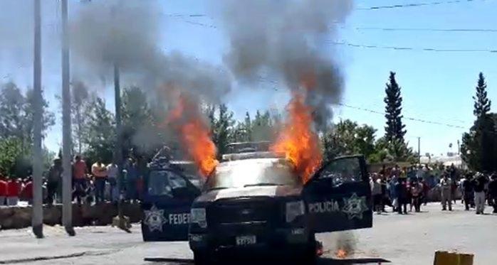 Agricultores queman patrulla de la policía federal
