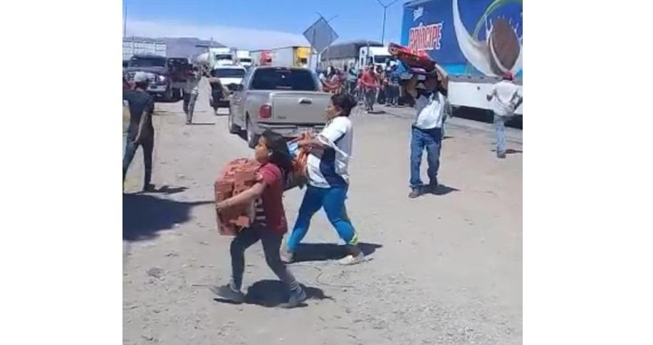 VIDEO: aprovechan bloqueo y saquean tráiler de bimbo