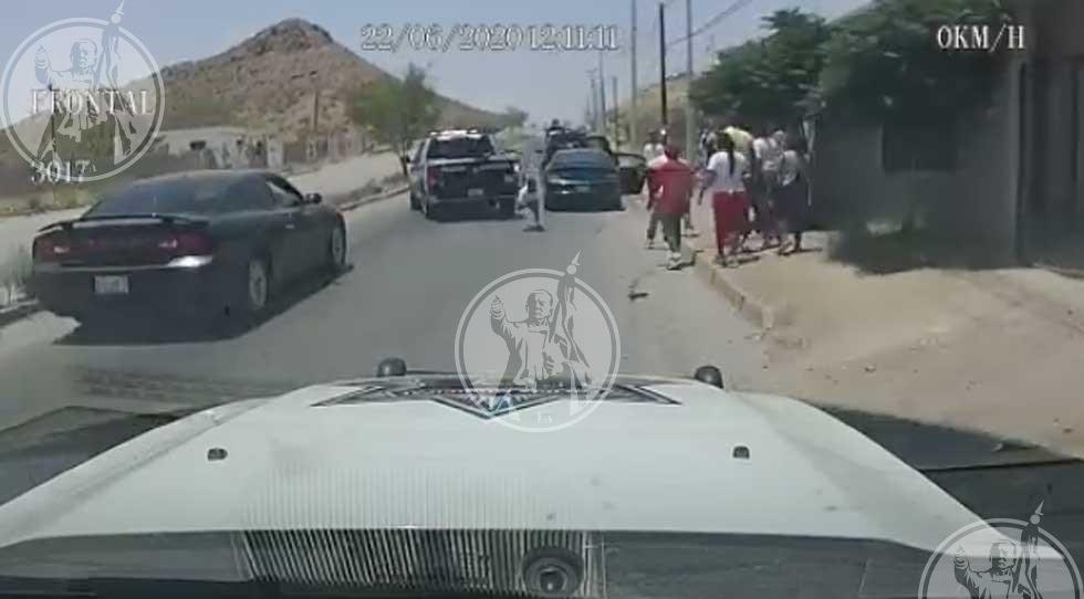 Video: Siete personas en un auto originan pleito con la Policía