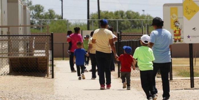 Jueza ordena a Trump liberar a más de 100 niños migrantes detenidos