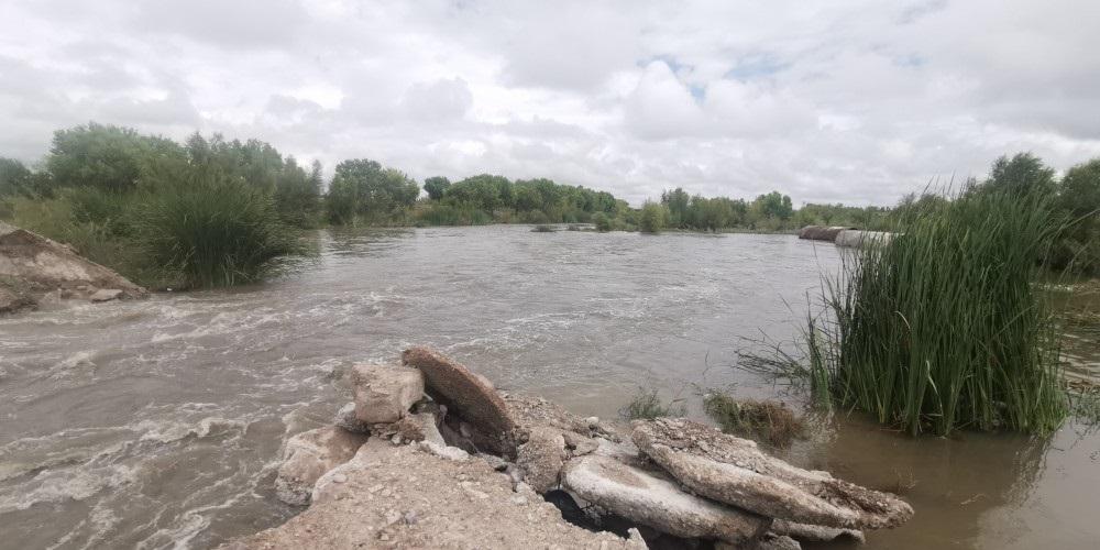 Creciente en río San Pedro daña paso de tierra a Los Jáquez
