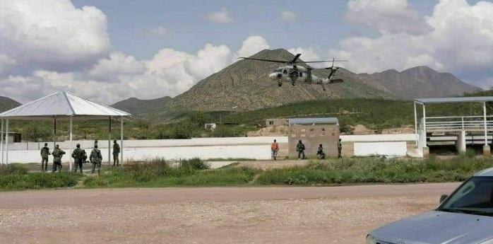 Aterriza helicóptero con mandos en las pilas