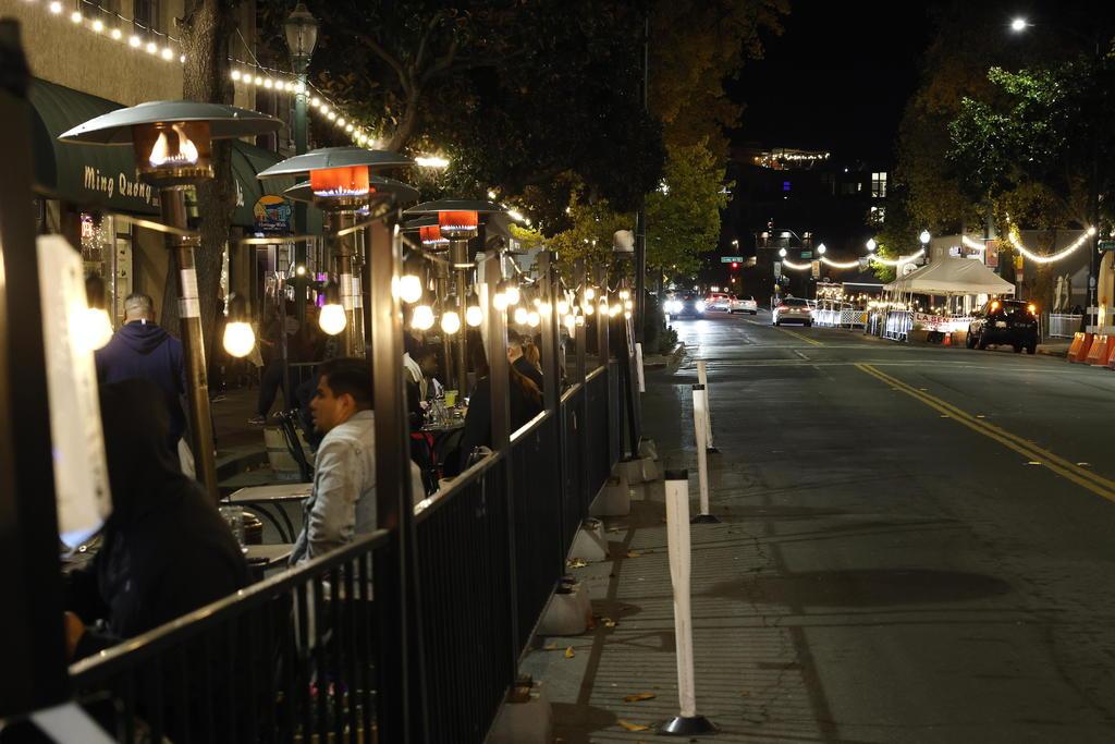 California, el estado más poblado de EU, en toque de queda por aumento de Covid-19